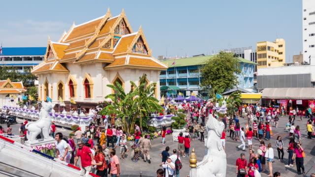 stor grupp människor trängdes på wat traimit i yaowarat road, bangkok, thailand - fornhistorisk tid bildbanksvideor och videomaterial från bakom kulisserna