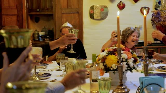 vídeos y material grabado en eventos de stock de un gran grupo de personas mayores se brinda entre sí en una fiesta - pascua judía
