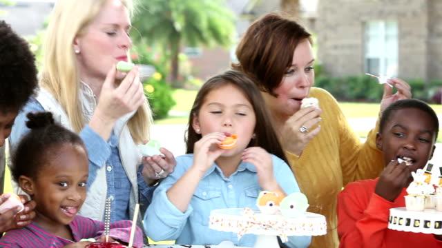 大群的婦女,孩子們吃的萬聖節 - halloween candy 個影片檔及 b 捲影像