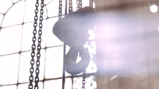 stor krok och kedjor mot fönster - chain studio bildbanksvideor och videomaterial från bakom kulisserna