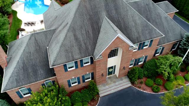 vídeos de stock e filmes b-roll de large house three hundred sixty degree aerial 4k video - mansão imponente
