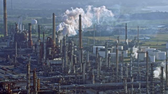 vídeos y material grabado en eventos de stock de antena gran zona industrial - contaminación ambiental