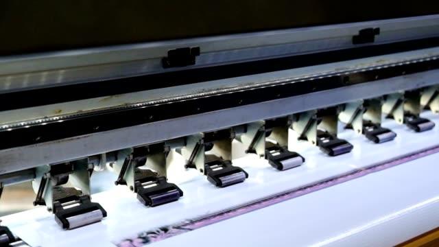 großer tintenstrahldrucker mit tonerspenderdruck auf vinyl - aufkleber stock-videos und b-roll-filmmaterial