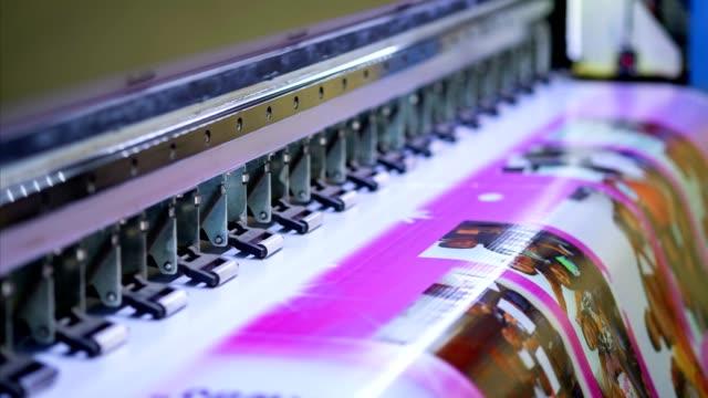 vídeos y material grabado en eventos de stock de grande de inyección de tinta impresora trabajo color en banner de vinilo - póster