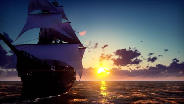 stor medeltida skepp på havet på en solnedgång. det gamla medeltida skeppet seglar graciöst i det öppna havet. - segelfartyg bildbanksvideor och videomaterial från bakom kulisserna