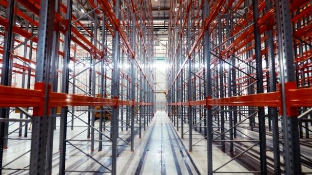 große metallregale in geräumigen modernen lager hallen installiert - halle gebäude stock-videos und b-roll-filmmaterial
