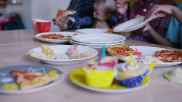 stor multietnisk familj med party mat på köks bordet - 35 39 år bildbanksvideor och videomaterial från bakom kulisserna