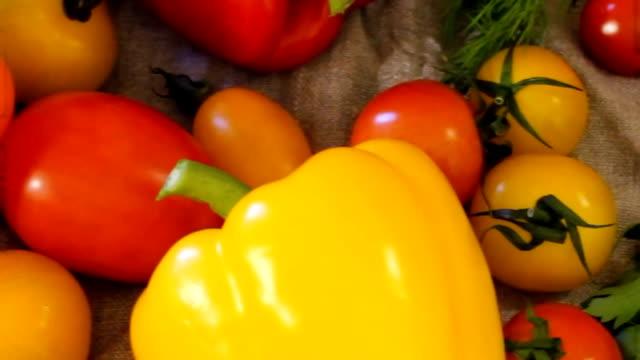 vidéos et rushes de un grand nombre de légumes mûrs et frais se trouvent sur la table - sky