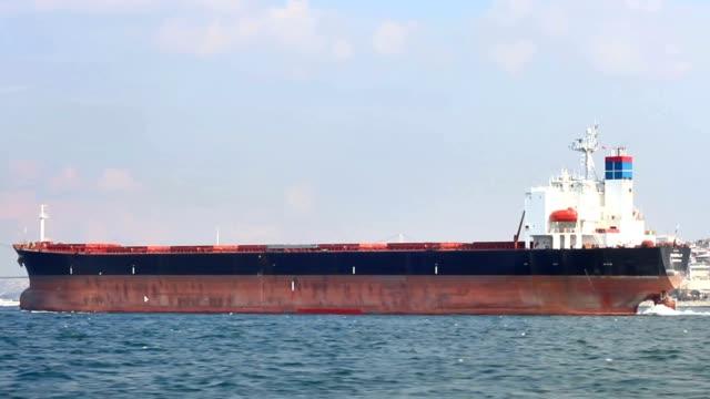 vídeos de stock, filmes e b-roll de grande petroleiro, vista lateral - navio tanque embarcação industrial