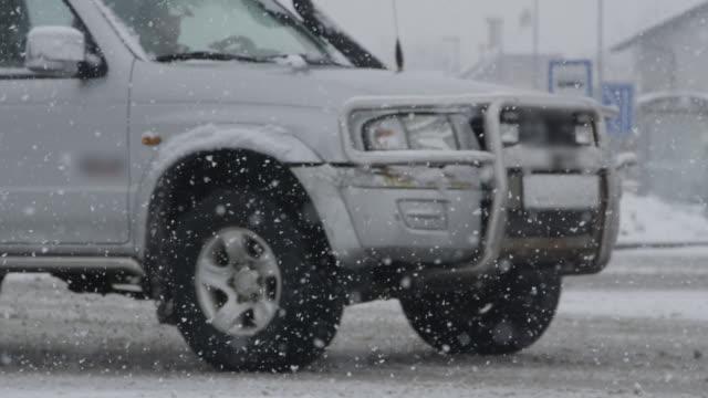 vídeos de stock, filmes e b-roll de câmera lenta, close up: pick-up grande unidades ao longo da estrada de neve escorregadia. - caminhonete pickup