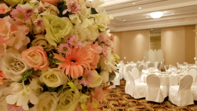 large pink bouquet of hydrangeas and roses stands on dinner table in luxurious hall - дворец спорта стоковые видео и кадры b-roll