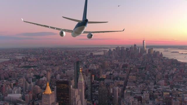 航空写真: 大きい平面は日没でニューヨーク市内の息をのむよう飛ぶ。 - 都市 モノクロ点の映像素材/bロール