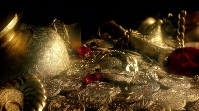 大きな赤いダイヤモンド輝く宝の山で - 骨董品点の映像素材/bロール