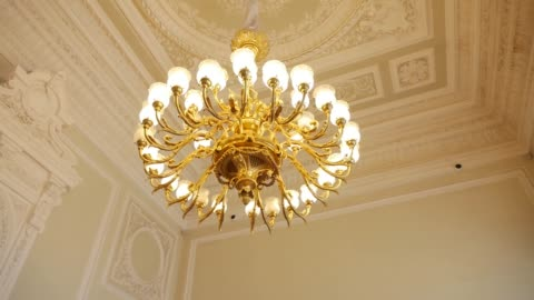 vídeos y material grabado en eventos de stock de gran lámpara de araña de oro de época colgando en el techo - ornamentado