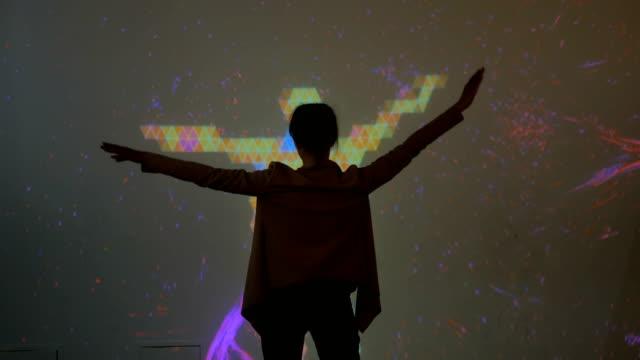 stor skärm förstärkt verklighet erfarenhet - pekskärm bildbanksvideor och videomaterial från bakom kulisserna