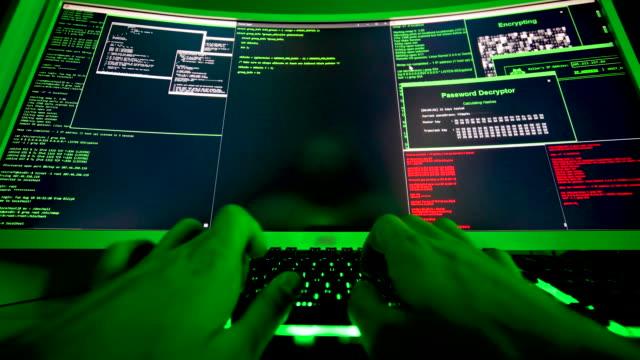 ハッカーのためのコードの大画面, 手は悪意のあるコードを入力します。 - なりすまし犯罪点の映像素材/bロール