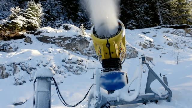 yapay kar kayak pisti üzerinde büyük kar silah üretir - mountain top stok videoları ve detay görüntü çekimi