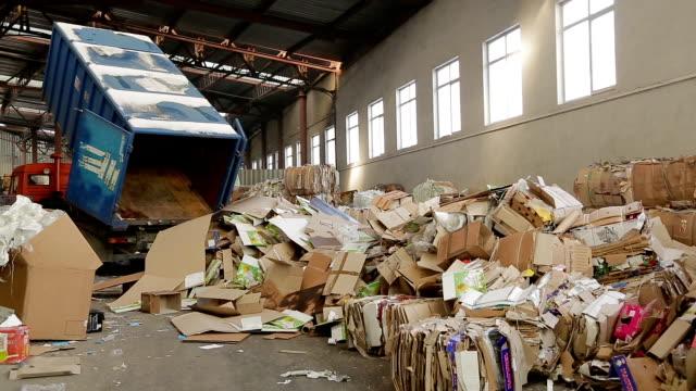 großes lager von altpapier in einer fabrik - altglas stock-videos und b-roll-filmmaterial