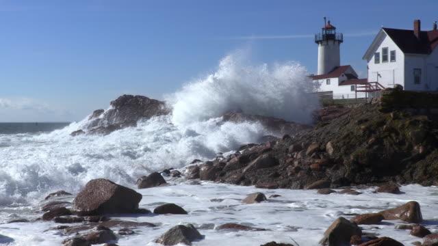 große wellen schlugen in der östlichen point lighthouse - leuchtturm stock-videos und b-roll-filmmaterial