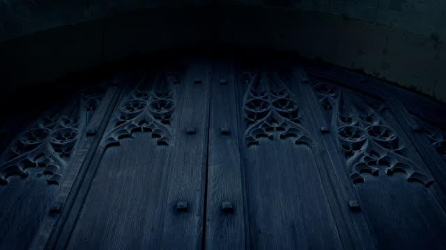 夕方の大きな木造教会のドア - 城点の映像素材/bロール