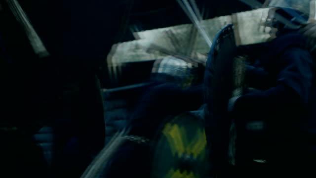 vídeos y material grabado en eventos de stock de recreación de la batalla medieval a gran escala. tribu violenta de guardas del ataque de guerreros y civiles en la fortaleza de madera. su lucha con hachas, espadas y escudos. - vikingo