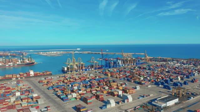 Größter Hafen von Spanien Valencia Container und Waren auf dem Kai mit Kränen – Video