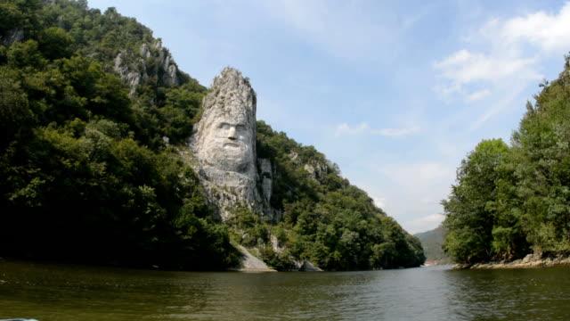 vídeos de stock e filmes b-roll de maior rock entalhe na europa rio danúbio de barco - dia de reis