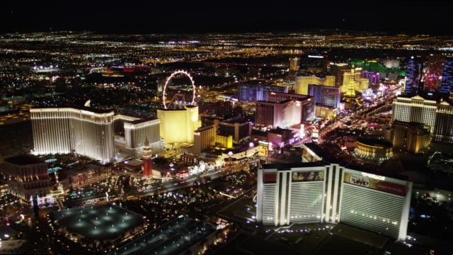 veduta aerea di las vegas strip di notte - las vegas video stock e b–roll