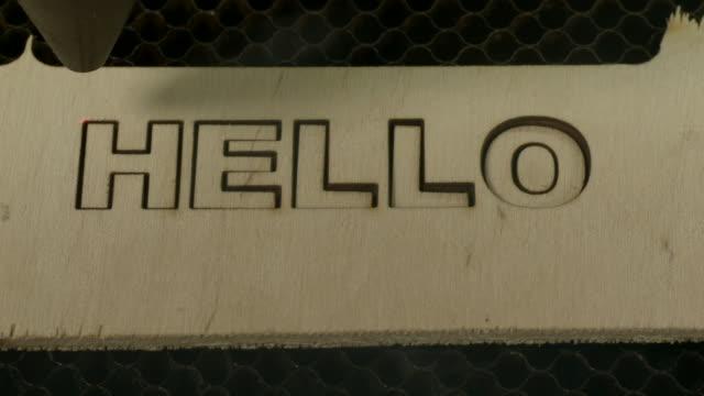 taglio laser ciao - incisione oggetto creato dall'uomo video stock e b–roll