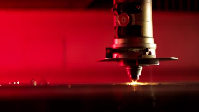 taglio laser e saldatura su superficie in acciaio - metal robot in logistic factory video stock e b–roll