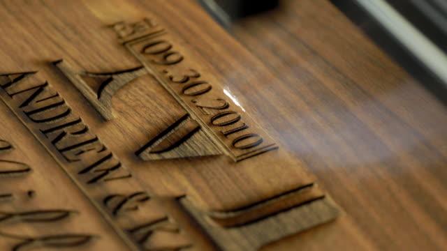 una macchina per taglio laser legno - incisione oggetto creato dall'uomo video stock e b–roll