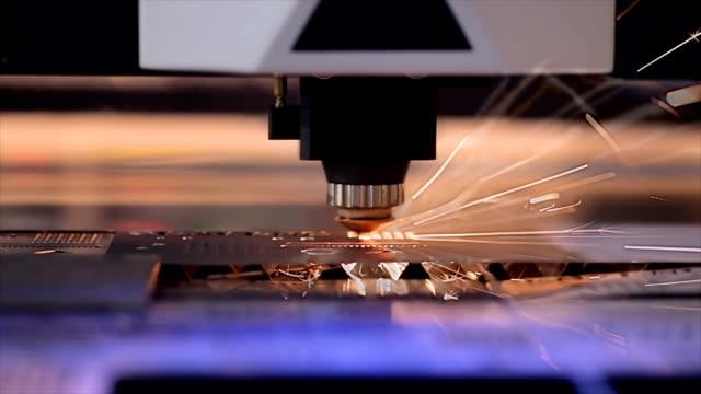 cnc-laserskärning av metall i slow motion, modern industriell teknik. - cnc maskin bildbanksvideor och videomaterial från bakom kulisserna