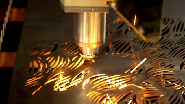 stockvideo's en b-roll-footage met cnc laser snijden van metaal, moderne industriële technologie. - metaalbewerking