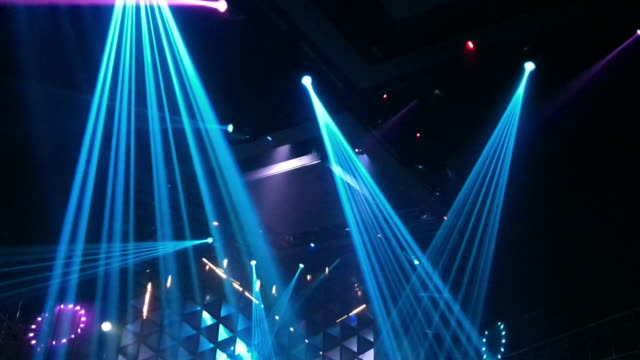 vídeos de stock e filmes b-roll de laser disco lights party with flashing at night - bar local de entretenimento