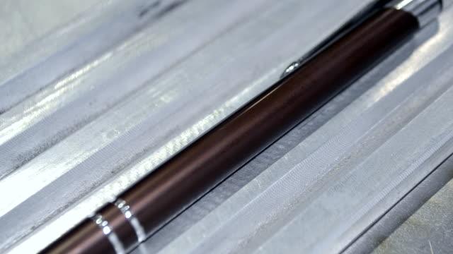 incisione laser su metallo - incisione oggetto creato dall'uomo video stock e b–roll