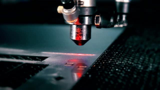 laser machine makes engraving - incisione oggetto creato dall'uomo video stock e b–roll