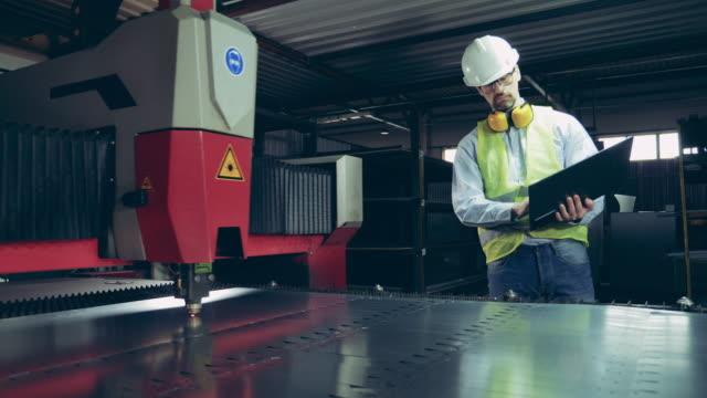 Laser mechanism is scoring metal under professional control