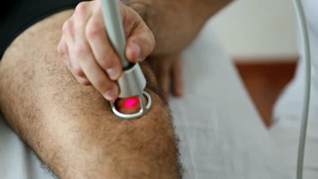 Besoins physiologiques Thérapie au Laser sur le genou - Vidéo