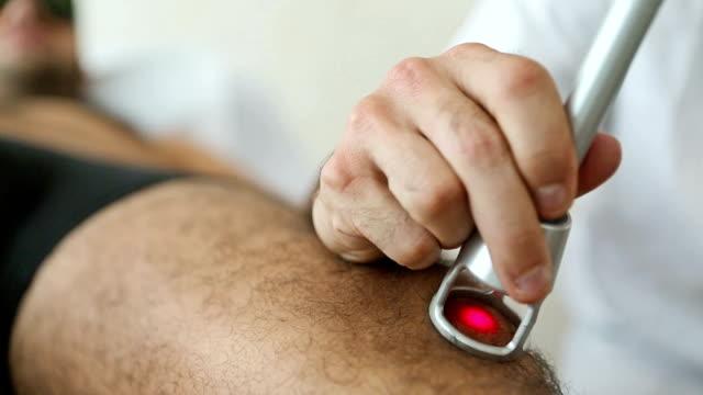 Laser physische Therapie auf Knie – Video