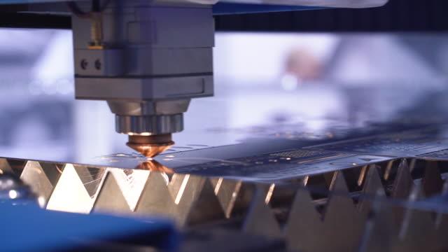 vidéos et rushes de cnc laser plasma de coupe de métal, beaucoup d'étincelles brillantes au ralenti - machinerie