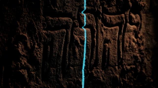 laser scanning alte hebräische wandschnitzerei - tora stock-videos und b-roll-filmmaterial