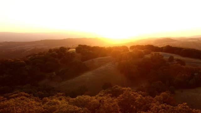 zuletzt sterben licht der brillanten california sunset über berge - anhöhe stock-videos und b-roll-filmmaterial
