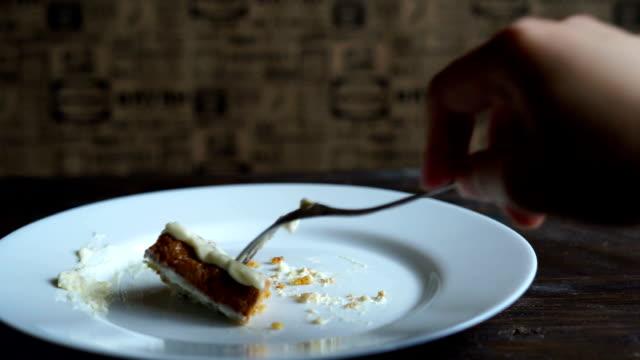 sista tårtan äter. avsluta äta kakan pjäs. välsmakande dessert äta - empty plate bildbanksvideor och videomaterial från bakom kulisserna