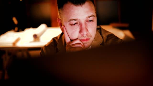 spät in der nacht geschäftsmann arbeitet auf einem computer und projekte in seinem kabinett - gefreiter stock-videos und b-roll-filmmaterial