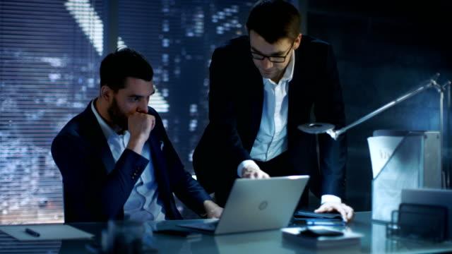 vídeos de stock, filmes e b-roll de tarde da noite, dois homens de negócios têm discussão, eles estão tentando fechar negócio importante. na cidade grande janela exibição de fundo. - países bálticos