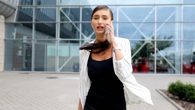 vídeos y material grabado en eventos de stock de tarde para el vuelo. mujer de negocios con teléfono en el aeropuerto - urgencia