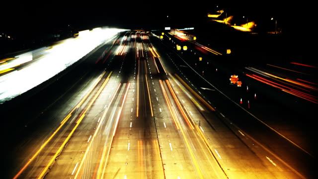 tarda notte, time lapse sulla freeway - colore saturo video stock e b–roll