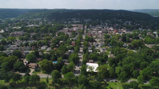 vídeos de stock, filmes e b-roll de movendo-se lateralmente tiro aéreo que institui da pensilvânia castor - nordeste