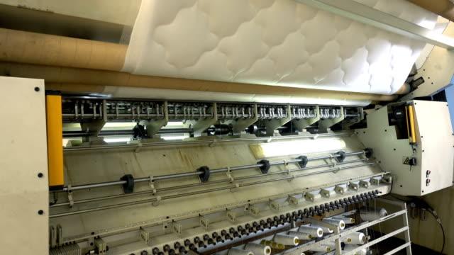 vídeos y material grabado en eventos de stock de fabricación de lecho de látex 4k - colchón