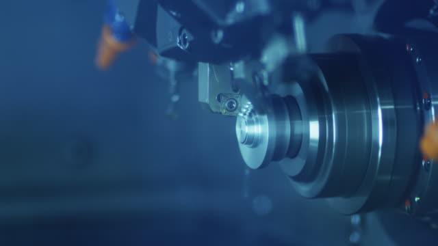 cnc-svarv maskin producerar metall detalj på fabriken. - cnc maskin bildbanksvideor och videomaterial från bakom kulisserna